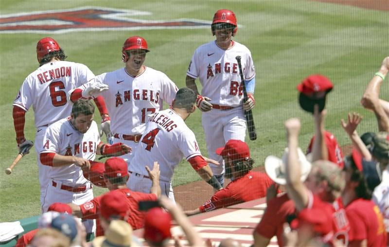 MLB洛杉磯天使隊日籍二刀流球星大谷翔平(後左2)20日敲兩分彈,本季第23轟在MLB並列領先也締造生涯單季新高。(共同社)