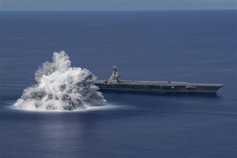 美國海軍18日在距離福特號不遠處引爆炸彈,進行「全艦衝擊測試」。(圖取自美國海軍網頁www.navy.mil)