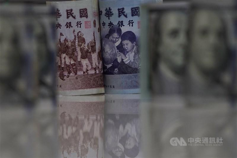 股匯市21日同步走跌,新台幣兌美元中午暫收27.959元,貶1.49角。(中央社檔案照片)