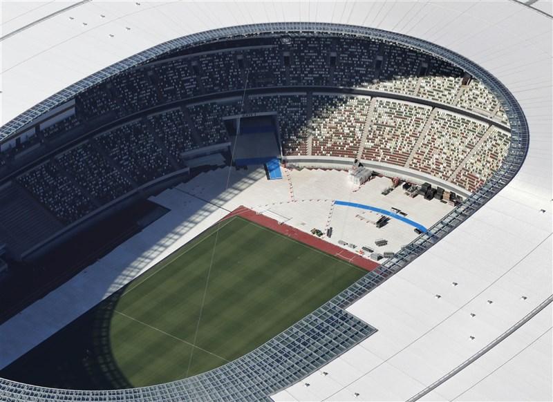 東京奧運5方會談21日決定開放觀眾入場觀看賽事,人數上限為會場容納人數的50%以內,最多1萬人。圖為東奧開幕式場館日本國立競技場。(共同社)