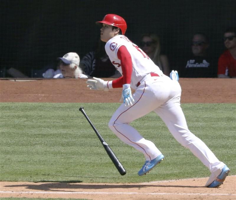 MLB洛杉磯天使「二刀流」日籍好手大谷翔平(前)20日揮出近6場比賽的第6支全壘打,本季23轟創下個人生涯單季新高。(共同社)