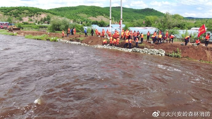 中國多達21條河流近日發生超警戒洪水,範圍遍布黑龍江、內蒙古、江蘇、浙江、重慶、四川等多個省份。圖為黑龍江大興安嶺消防員營救受困民眾。(圖取自大興安嶺森林消防微博網頁weibo.com)