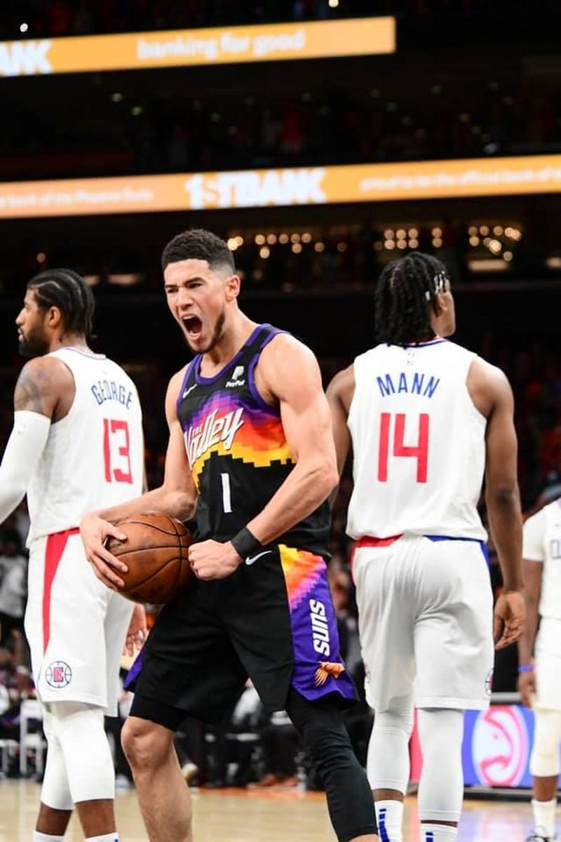 NBA西區決賽首場,鳳凰城太陽球星布克(前)20日全場豪取40分並囊括大三元,率隊以120比114擊敗洛杉磯快艇。(圖取自facebook.com/suns)
