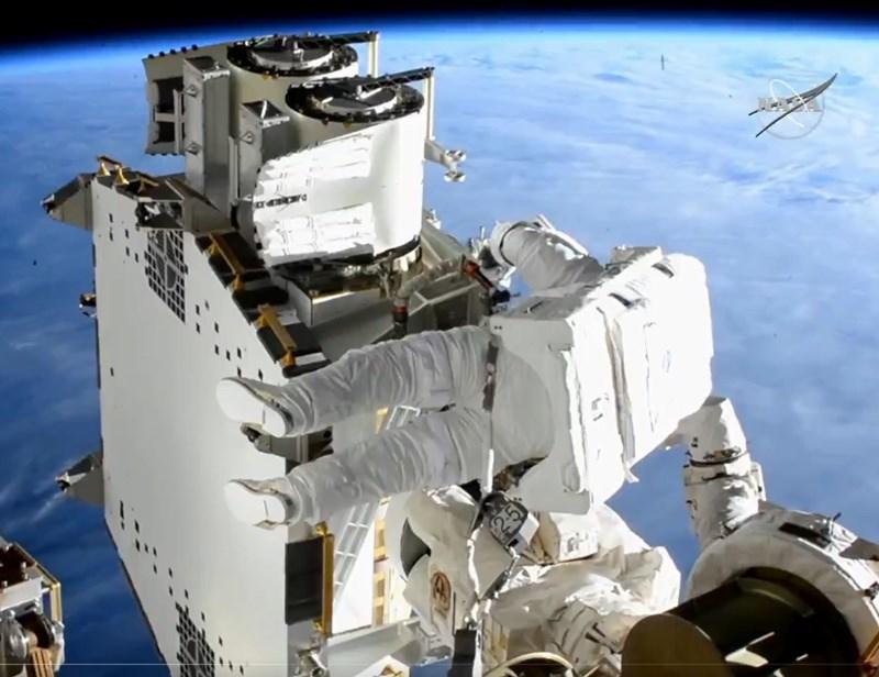 法籍太空人佩斯凱和美籍太空人金布羅20日完成6小時太空漫步,在國際太空站(ISS)艙外安裝太陽能板,以增加對太空站供電量。(圖取自twitter.com/Space_Station)
