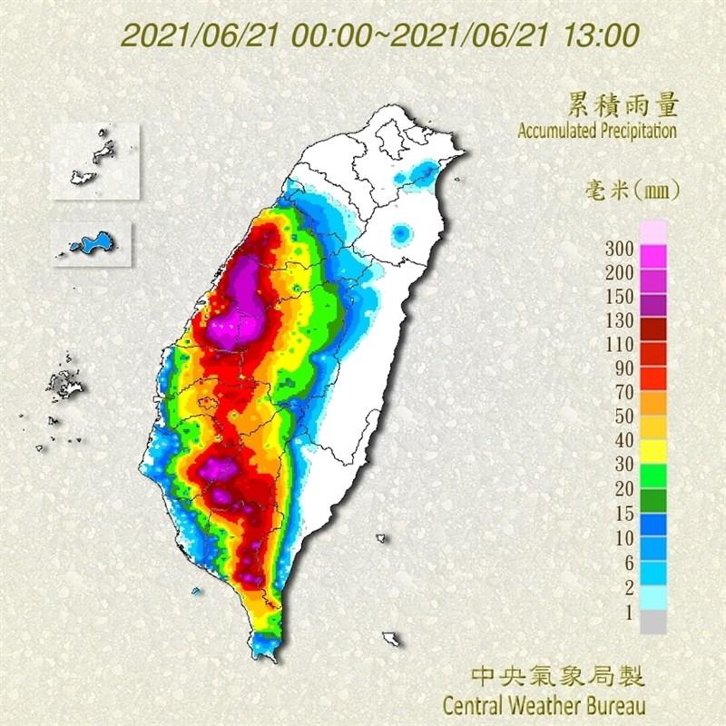 截至21日中午,彰化埔心測站日累積雨量已經突破300毫米。圖為21日零時至下午1時全台雨量累積圖。(圖取自中央氣象局網頁cwb.gov.tw)