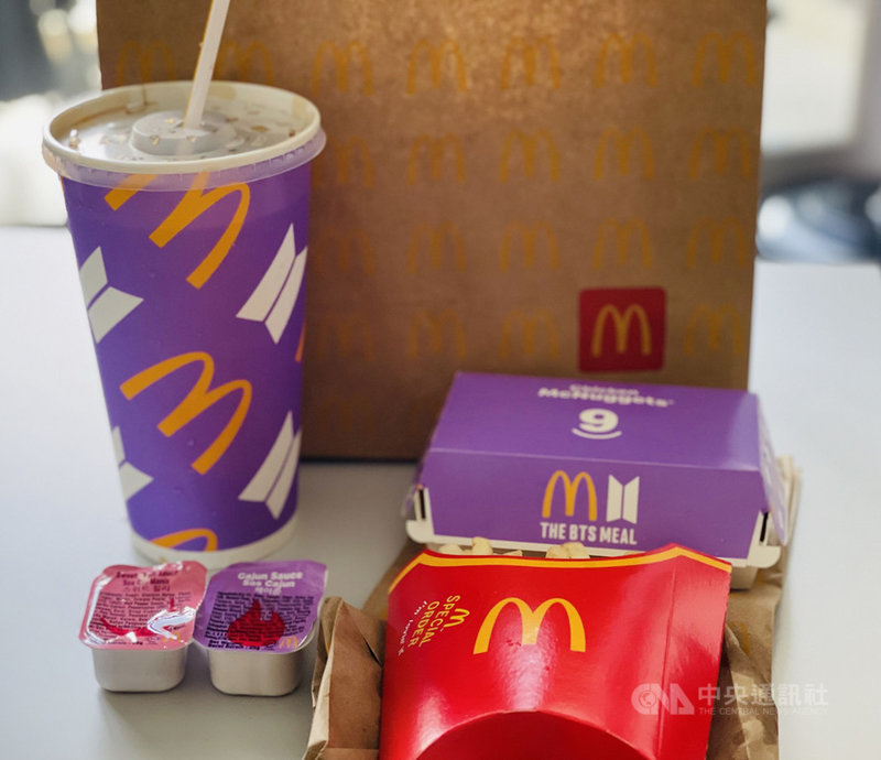 麥當勞與韓國天團防彈少年團(BTS)合作的聯名套餐21日起在新加坡開賣,除有特製紫色包裝,還附上肯瓊醬(Cajun sauce)及甜辣醬。中央社記者侯姿瑩新加坡攝 110年6月21日