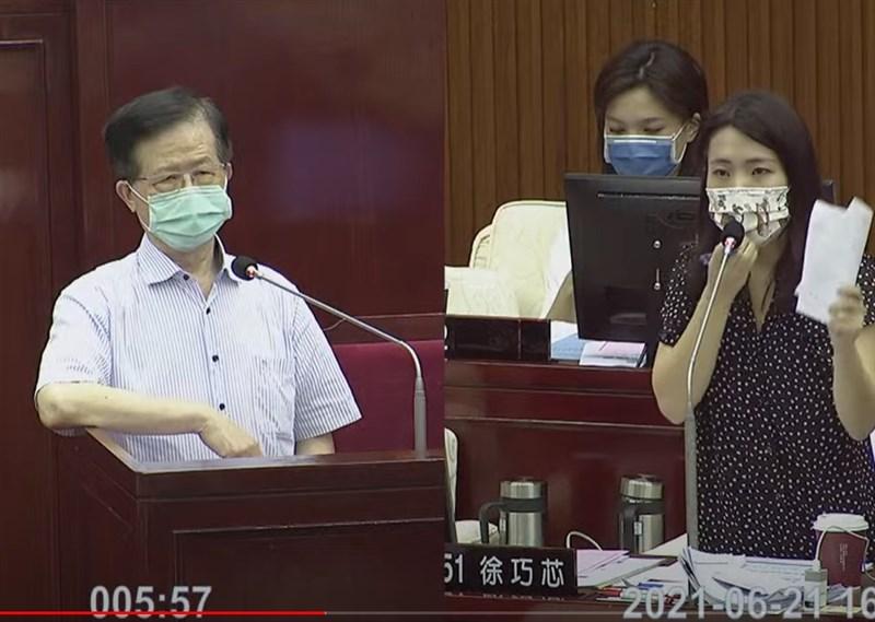 對於台北市衛生局長黃世傑(左)21日在市議會備詢時指立委高嘉瑜提疫苗需求「得寸進尺」,高嘉瑜傍晚發文表示她幾次如實將訴求轉達給衛生局,都得到快速且善意的回應。(圖取自臺北市議會YouTube頻道網頁)