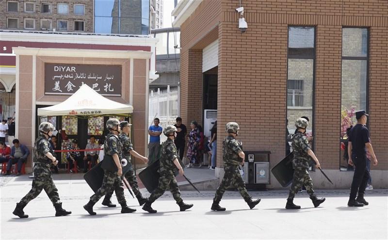 加拿大等逾40國22日呼籲,中國應允許聯合國人權官員立即進入新疆,調查關於當地逾100萬人被非法拘留、部分遭受酷刑或強迫勞動的報告。圖為武警在新疆烏魯木齊市巡查。(共同社)