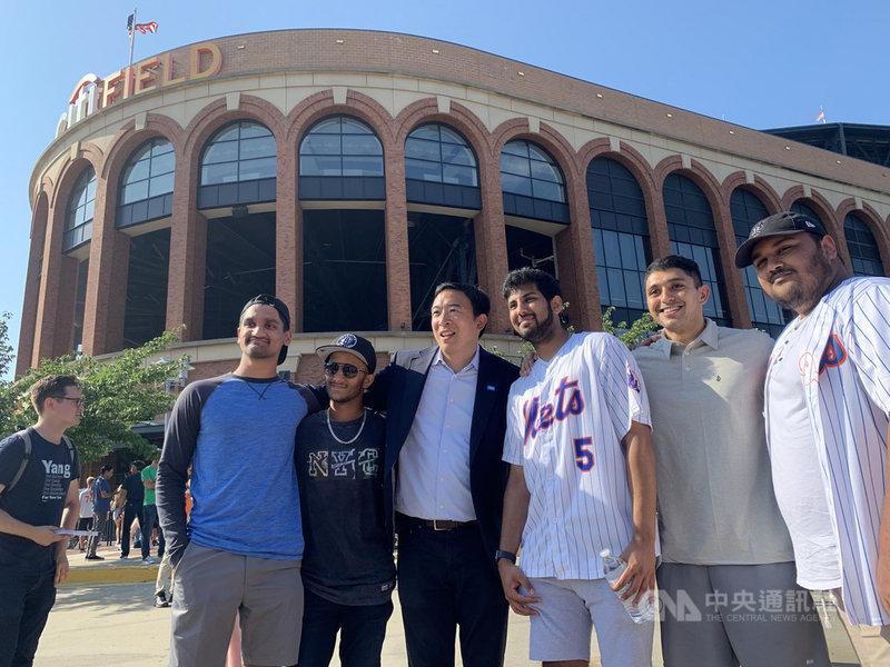 紐約市長初選投票前夕,參選的台裔企業家楊安澤(右4)美東時間21日與大都會隊球迷在場外合影,爭取支持。中央社記者尹俊傑紐約攝  110年6月22日