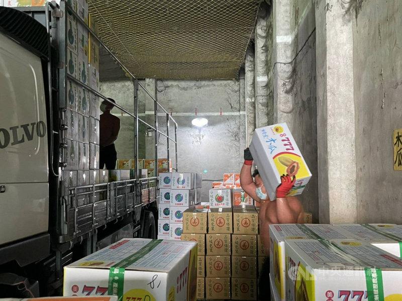 高雄市美濃區每天有約30噸的蔬果要北送拍賣,為免貨運行運送過程成為防疫破口,美濃區農會落實進場人員量測體溫及手部消清等,做好防疫。(美濃區農會提供)中央社記者王淑芬傳真  110年6月22日
