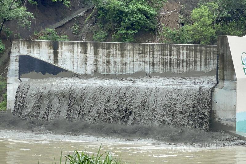 南化水庫防淤隧道22日把握滿水位試運轉,趁大雨進行水力排砂,排出水庫底層濁度較高的水,對延長水庫使用壽命有一定幫助。中央社記者楊思瑞攝  110年6月22日