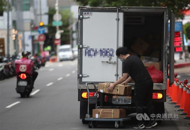 行政院長蘇貞昌22日宣布疫苗施打新順序,針對疫情較高風險的雙北,將特別納入外送員、保母、計程車駕駛、貨運司機、收銀人員等類別。(中央社檔案照片)
