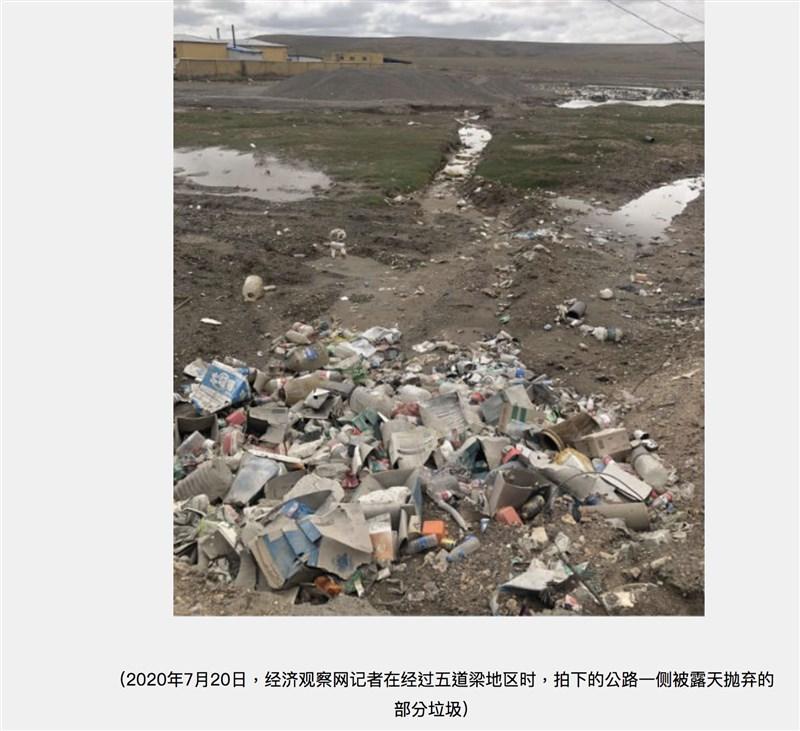 青藏高原一直給人世外桃源之感,但可可西里地區青藏公路沿線的五道梁地區屢屢成為露天垃圾帶。圖為去年7月五道梁上堆滿垃圾的情形。(圖取自經濟觀察網頁eeo.com.cn)