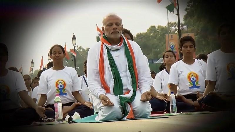 印度總理莫迪21日開啟國際瑜伽日活動,讚揚瑜伽具有對抗病毒的「保護」作用。圖為2017年莫迪(中)出席瑜伽活動。(圖取自facebook.com/narendramodi)