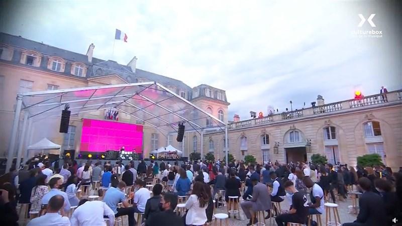 法國21日晚間在艾里賽宮舉辦第40屆夏至音樂節,但也吸引人潮聚集巴黎各地。(圖取自facebook.com/francetvculturebox)