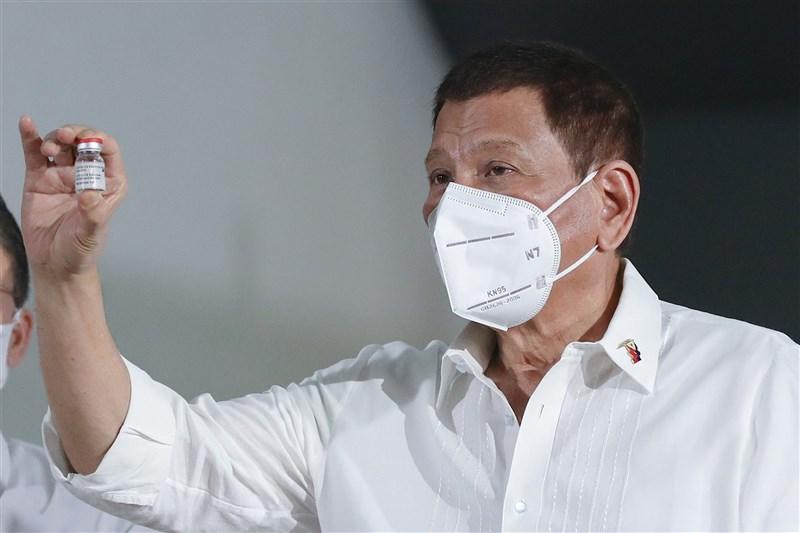 菲律賓民眾接種疫苗情況不踴躍,總統杜特蒂22日揚言,拒絕接種疫苗的人將被關入大牢。圖為杜特蒂3月在臉書分享手持疫苗照片,呼籲民眾接種。(圖取自facebook.com/rodyduterte)