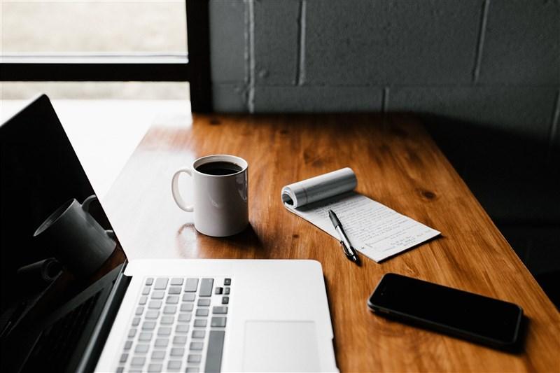諾基亞公司的居家上班政策將在12月結束,不過諾基亞表示,員工自2022年起一週最多有3天可以在家工作。(圖取自Unsplash圖庫)