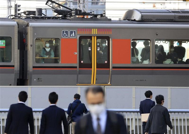 日本政府暌違20年開始討論放寬過勞死的認定標準。圖為大阪搭電車通勤的上班族。(共同社)
