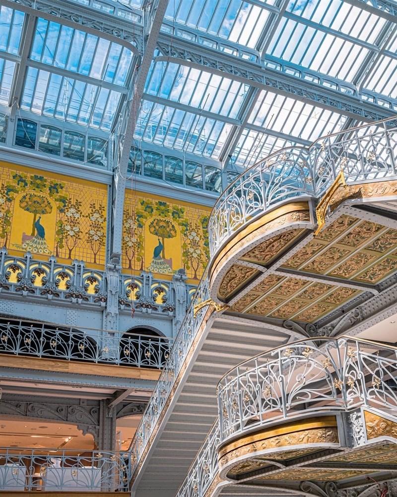 位於塞納河旁,巴黎標誌性的傳奇百貨公司莎瑪利丹百貨公司,在歷經16年挑戰不斷的重建工程後,23日終於敞開大門,重新開幕。(圖取自facebook.com/samaritaineparis)