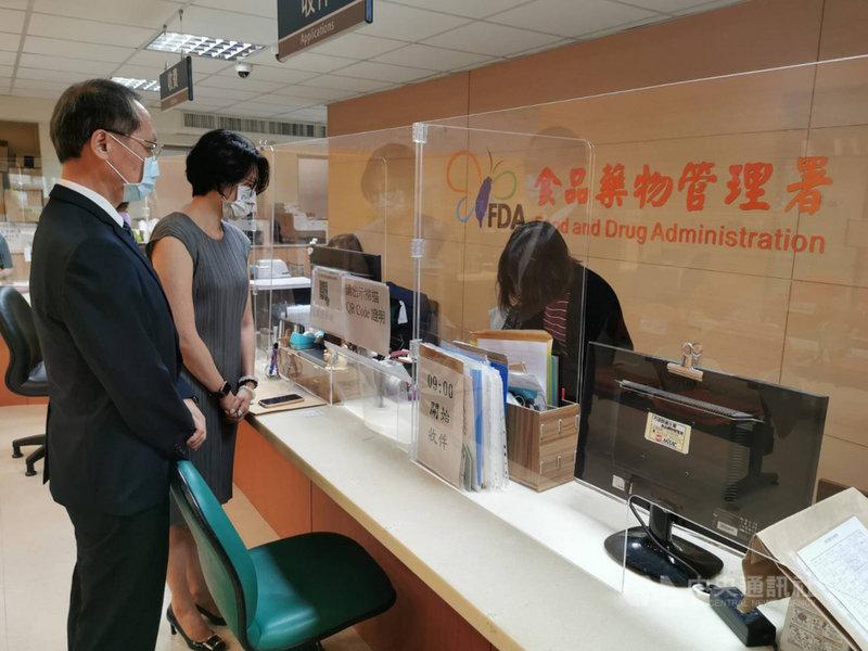 慈濟基金會預計購買BNT德國原廠疫苗500萬劑,23日由慈濟執行長顏博文(左)前往食藥署送件,提出申請。(慈濟基金會提供)中央社記者李先鳳傳真 110年6月23日