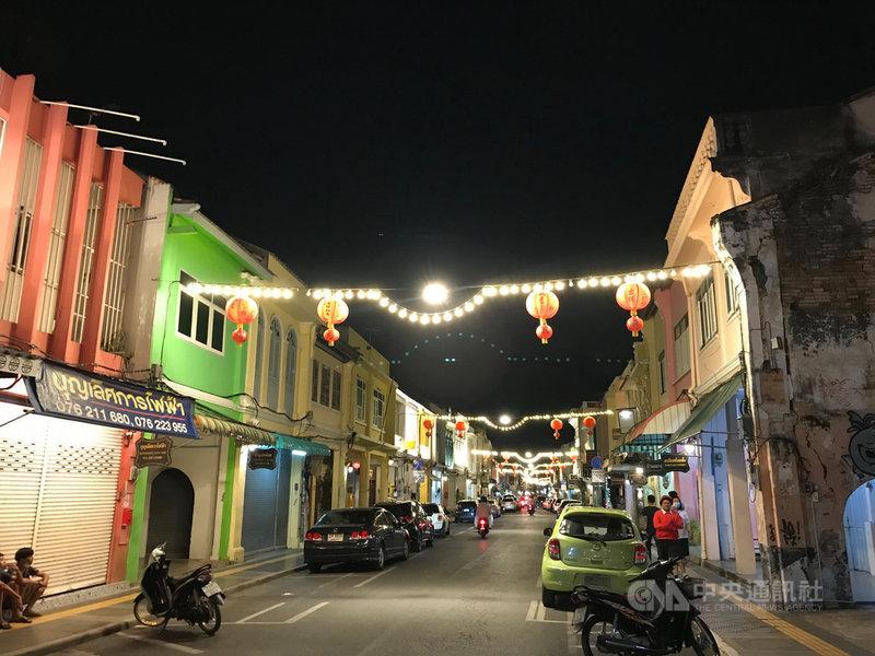 泰國內閣22日通過普吉沙盒計畫(Phuket Sandbox),7月1日起遊客完整接種疫苗可入境普吉島免隔離。圖為因為缺乏觀光客而空無一人的普吉島老街,攝於2月。中央社記者呂欣憓普吉島攝 110年6月23日