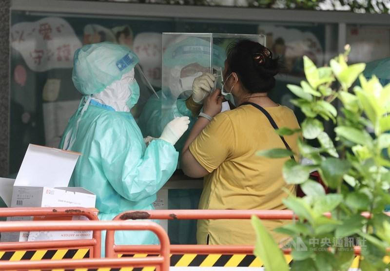 北農武漢肺炎疫情近日引發全台關注,台北市政府23日在萬大國小設置快篩站,由醫護人員為民眾篩檢。中央社記者張皓安攝 110年6月23日
