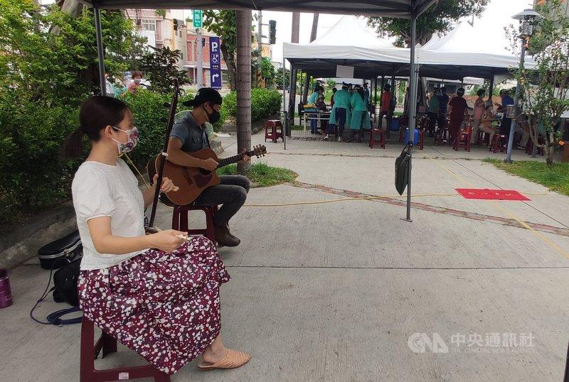 台東第2波武漢肺炎疫苗23日開打,縣府在台東市衛生所施打站安排街頭藝人演奏,懷舊的歌曲減緩了緊張氣氛,也讓施打秩序順暢。中央社記者盧太城台東攝 110年6月23日