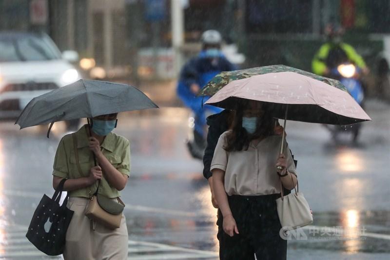 氣象局表示,滯留鋒面加上西南風,天氣持續不穩定,白天西半部降雨有機會再度增多,各地陣雨或雷雨機率偏高,部分區域仍有局部對流發展造成較大雨勢。(中央社檔案照片)