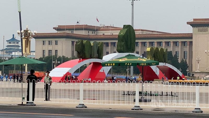 中共將在7月1日舉行建黨百年慶祝活動,北京天安門廣場23日起封閉,進行造景與座位搭建工程。圖為廣場內搭建配有「1921至2021」字樣的大型造景。中央社記者繆宗翰北京攝 110年6月23日