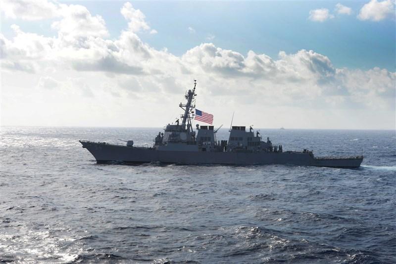 美國勃克級導向飛彈驅逐艦「魏柏號」時隔一個多月,22日再度航行通過台灣海峽。(圖取自facebook.com/DDG54)