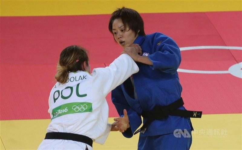 國際柔道總會23日公布東京奧運參賽名單,中華隊取得3張門票,其中連珍羚(藍衣)連2屆參戰。圖為連珍羚2016年里約奧運比賽畫面。(中央社檔案照片)