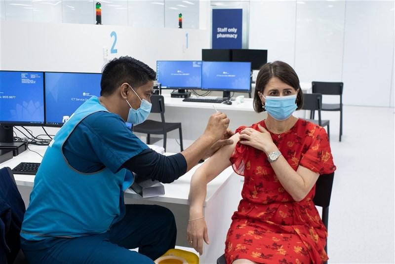 澳洲新南威爾斯州州長貝雷吉克利安宣布下週將實施新防疫措施,包括禁止離開雪梨的非必要旅行,並限制社交聚會。圖為貝雷吉克利安(右)日前接種第2劑AZ疫苗。(圖取自twitter.com/gladysb)