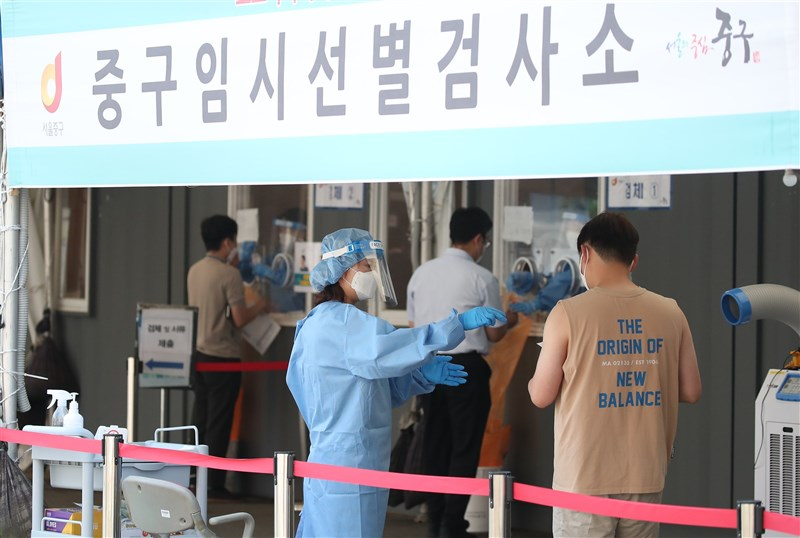 韓國單日確診人數時隔13天再次回到600多例,政府示警,變種病毒傳播力強,須加快疫苗接種。圖為首爾臨時篩檢站。(韓聯社)