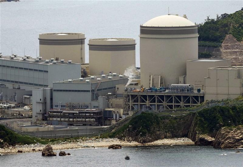 機齡超過40年的日本福井縣美濱核電廠3號機(右)23日上午重啟核子反應爐。(共同社)