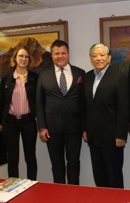 曾訪台的立陶宛議員,現為外交部副部長Mantas Adomenas(中)及其女兒(左),和義美食品總經理高志明(右)合影。(義美提供)