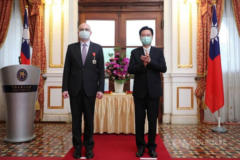 外交部長吳釗燮(右)24日在台北賓館頒贈AIT/T處長酈英傑及副處長谷立言(左)獎章,表彰他們於任內對促進台美關係的貢獻。(外交部提供)中央社記者鍾佑貞傳真 110年6月24日