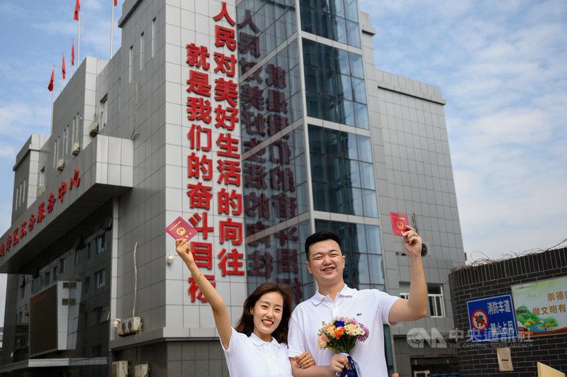 繼立法實施「離婚冷靜期」,陸媒24日報導,中國官方近日要求各地廣設婚姻家庭輔導室,加強婚前輔導等措施,但新人參加意願低落。圖為太原市一對新人在520當天領證結婚。(中新社提供)中央社 110年6月24日