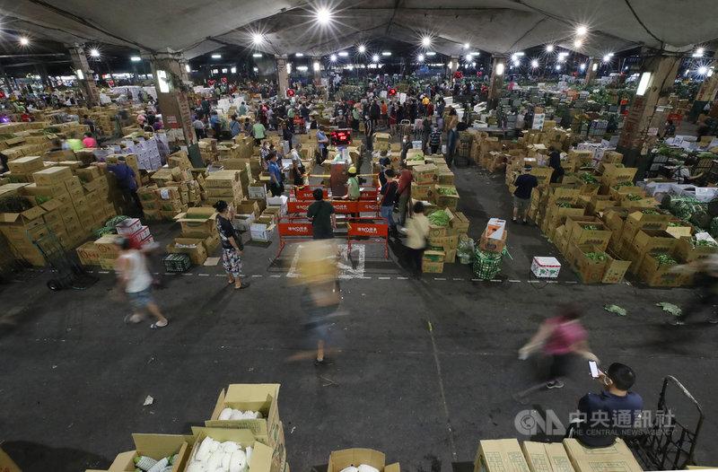 位於台北市萬大路的第一果菜批發市場,24日啟動「市場專案」。市場內的工作人員、承銷商、貨運司機等,皆須出示武漢肺炎快篩陰性文件才進場交易。中央社記者張新偉攝 110年6月24日