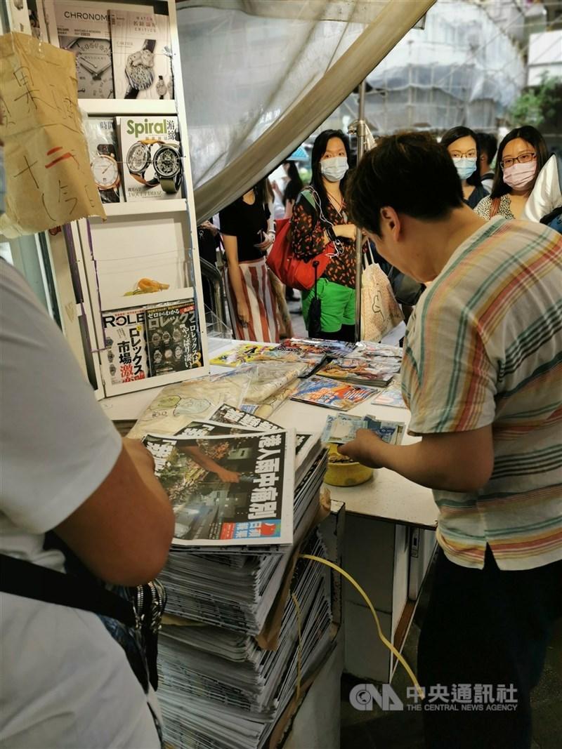 香港蘋果日報24日出版最後一份紙媒,大批讀者早上在報攤排隊購買,以示支持。中央社記者張謙香港攝 110年6月24日