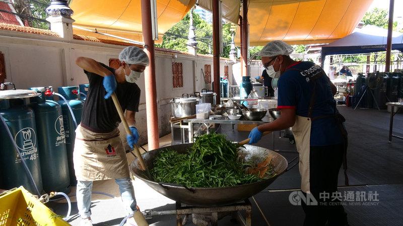 非政府組織「挺身為泰」(Up for Thai)的志工每天早上忙著炒菜,準備在中午將飯菜送往受到2019冠狀病毒疾病疫情影響生計的民眾手中。中央社記者呂欣憓曼谷攝 110年6月24日