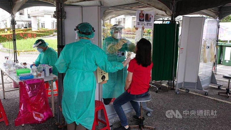 台北農產運銷公司發生武漢肺炎群聚感染,相關單位都不敢輕忽。花蓮縣政府全面快篩往返北農運輸的49名農會職員,全數陰性。(花蓮縣政府提供)中央社記者張祈傳真  110年6月24日