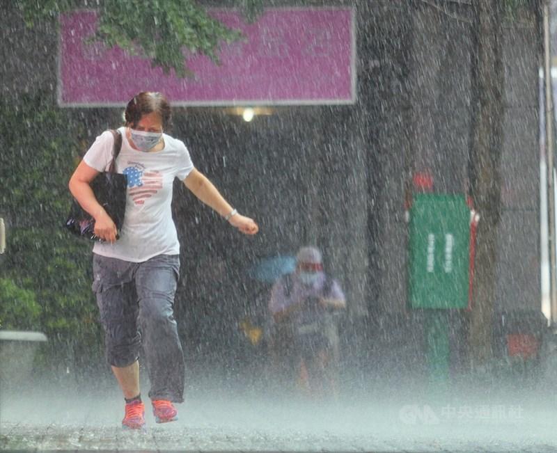 氣象局表示,24、25日兩天影響台灣的梅雨鋒面,估計為今年梅雨季的最後一道梅雨鋒面。(中央社檔案照片)