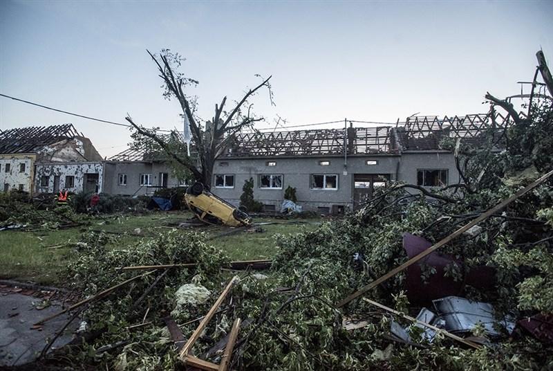 捷克南部邊界遭受罕見龍捲風襲擊,救援單位25日表示,至少3人喪生,數百人受傷。圖為南摩拉維亞州一處村莊遭龍捲風襲擊後的畫面。(法新社)