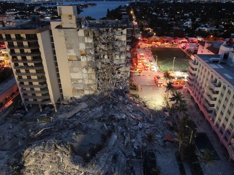 美國佛州靠近邁阿密海灘的一棟高樓24日清晨部分坍塌,造成傷亡。(圖取自twitter.com/miamidadefire)