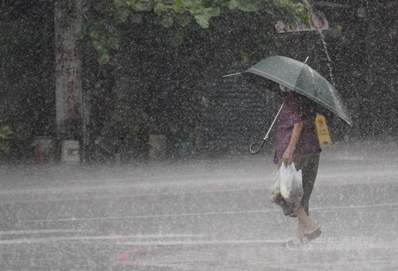 中央氣象局表示,25日天氣仍不穩定,南部地區以及午後各地山區有局部大雨發生機率。(中央社檔案照片)
