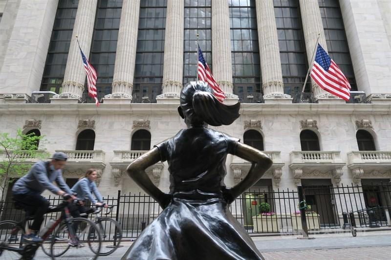 美國總統拜登支持聯邦參議院一份跨黨派基礎建設協議後,美股那斯達克指數和標普500指數24日收在紀錄新高。圖為紐約證券交易所與對街的「大無畏女孩」雕像。(中央社檔案照片)