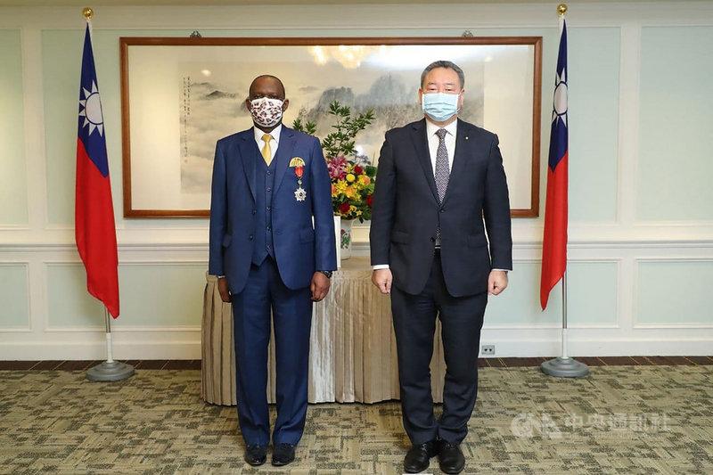 外交部常務次長俞大㵢(右)24日頒贈南非聯絡辦事處代表麥哲培「睦誼外交獎章」,以表彰他駐台期間對促進雙邊關係的貢獻。(外交部提供)中央社記者鍾佑貞傳真 110年6月25日