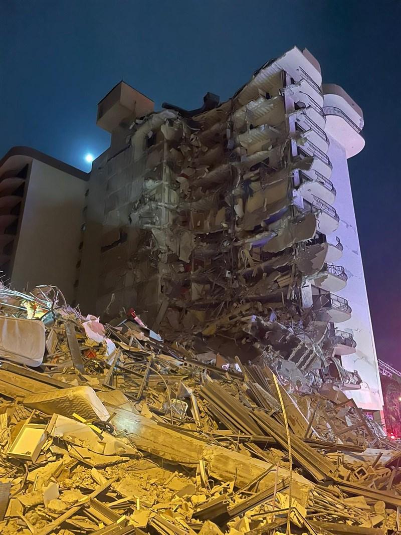 美國佛羅里達州邁阿密海灘附近一棟12層樓高的建築24日凌晨部分坍塌;官員通報,目前至少1人喪命、近100人生死未卜。(圖取自twitter.com/miamidadefire)