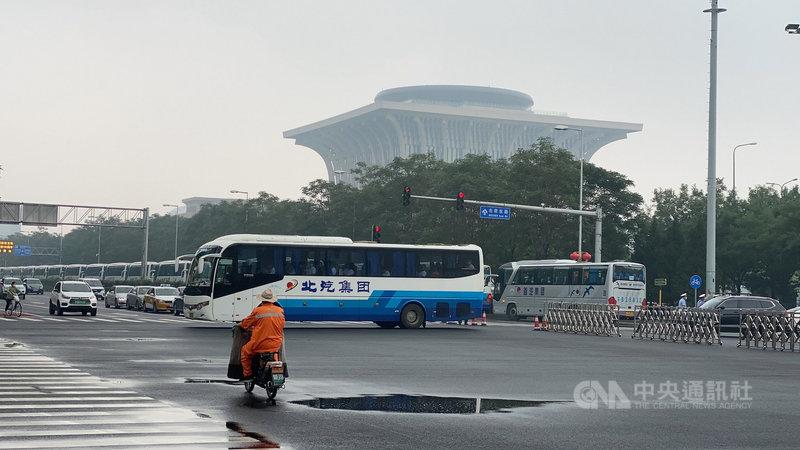 中共慶祝建黨百年於北京奧林匹克公園舉行文藝演出,附近實施交通管制,路上可見大量搭載工作人員的遊覽車。中央社記者繆宗翰北京攝  110年6月25日