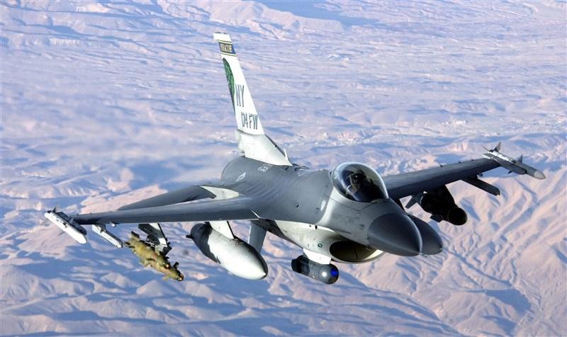 美國國防部24日宣布,國務院已同意分3項協議對菲律賓軍售,包括F-16戰鬥機、響尾蛇空對空飛彈與魚叉反艦飛彈等。圖為美國空軍F-16C。(圖取自維基共享資源,版權屬公有領域)